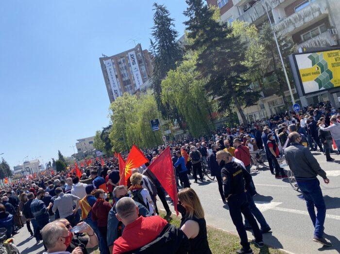 (ФОТО) Илјадници луѓе пред Владата се собраа на протест за слобода на уставобранителите
