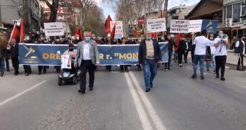 """(ФОТО+ВИДЕО) Со извици """"УЧК"""" и огромно албанско знаме, демонстрантите пристигнаа пред Владата"""