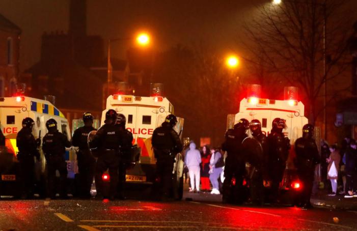 (ВИДЕО) Седма ноќ немири во Северна Ирска: Демонстрантите фрлаа молотови коктели кон полицијата