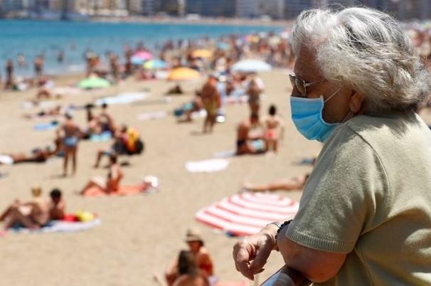 Шпанија ја укинува мерката за задолжително носење заштитна маска на плажа