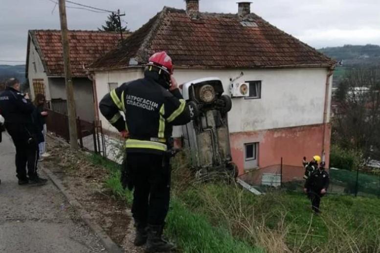 (ФОТО) Сообраќајка каква што не сте виделе: Автомобил се заби во куќа