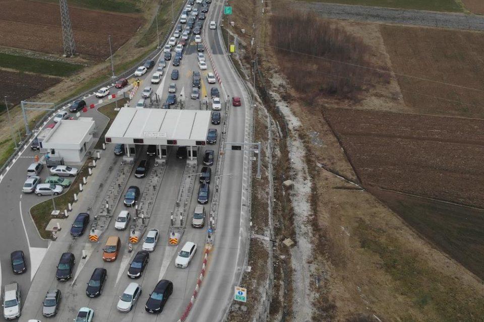 (ВИДЕО) Сообраќаен хаос во Србија – по 3 часа чекање на патарини и колони и до 8 километри