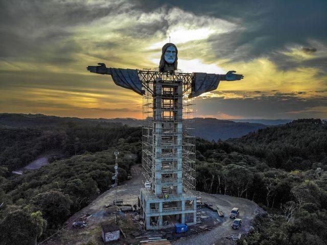 Никнува гигантска статуа на Исус Христос, поголема од таа во Рио де Женеиро