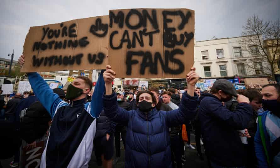 (ВИДЕО) Фудбалските фанови на улица жестоки против Суперлигата, Челзи и Сити се првите кои ја напуштија