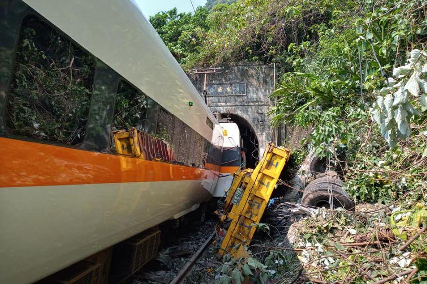 (ВИДЕО) Воз излетал од шините, загинале најмалку 36 лица