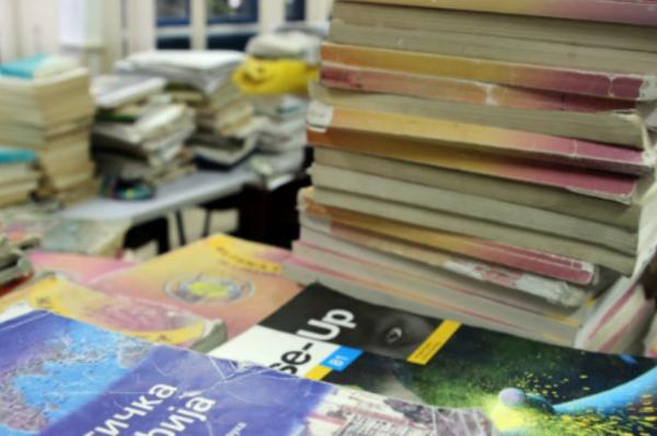 Владата го усвои законот за учебници: Учебниците ќе се дигитализираат со европско знаменце?