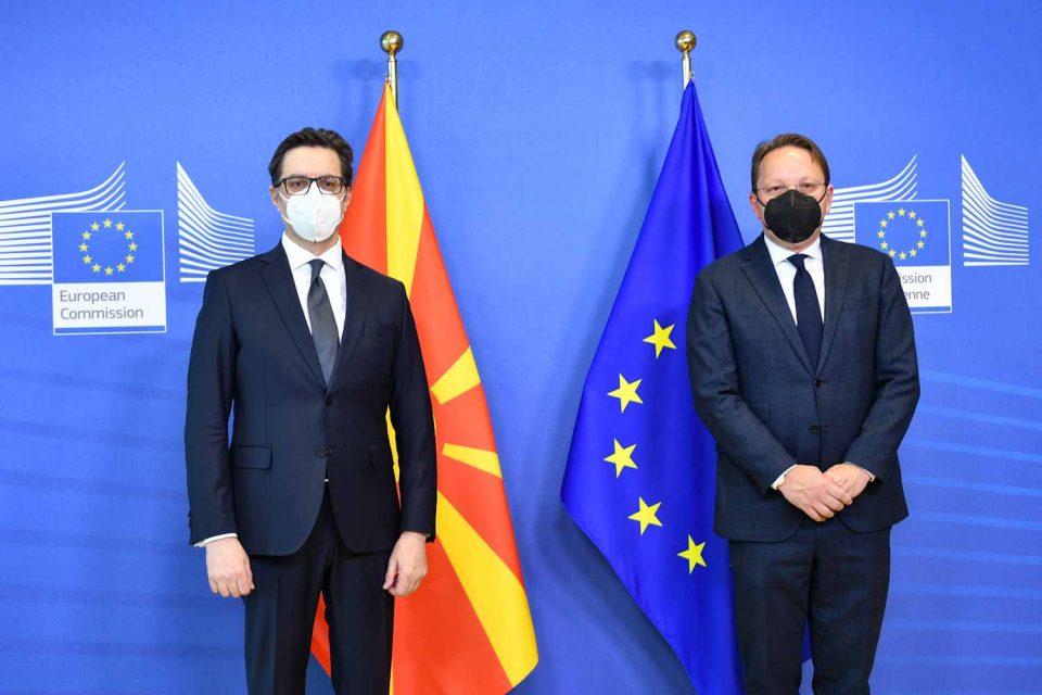 Средба на Пендаровски со еврокомесарот Вархеји во Брисел