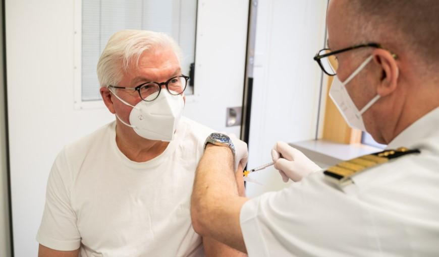 """Претседателот на Германија ја прими вакцината на """"АстраЗенека"""""""