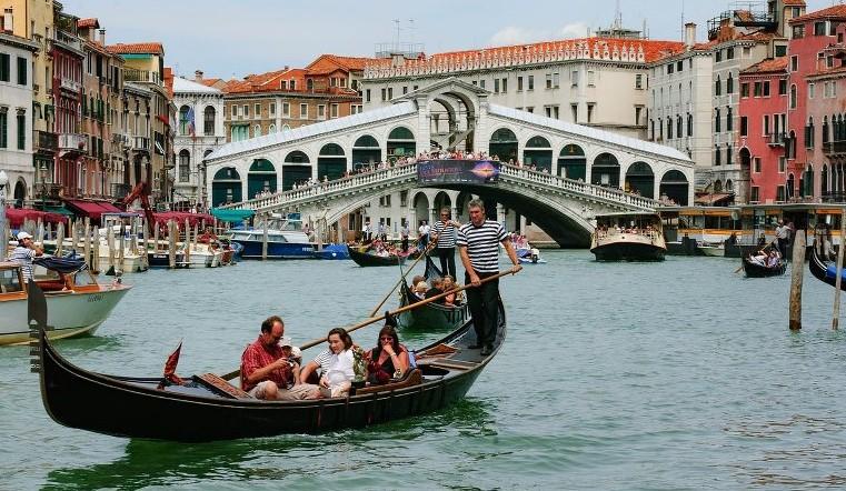 Во Венеција започна вакцинацијата на такси чамци