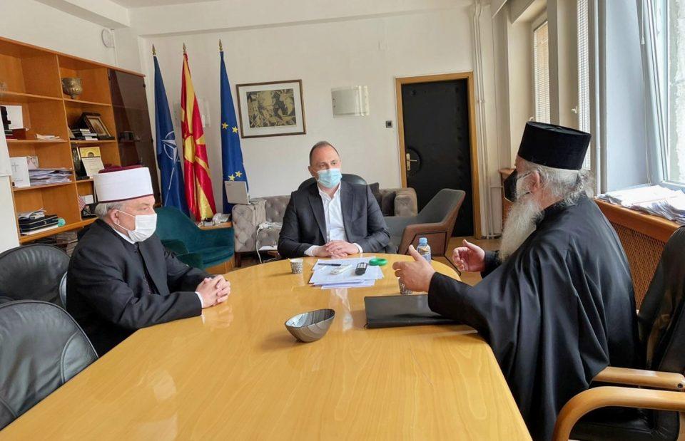 Филипче со поглаварите на МПЦ-ОА и на ИВЗ разговараа за можните ризици од групирање за време на празниците