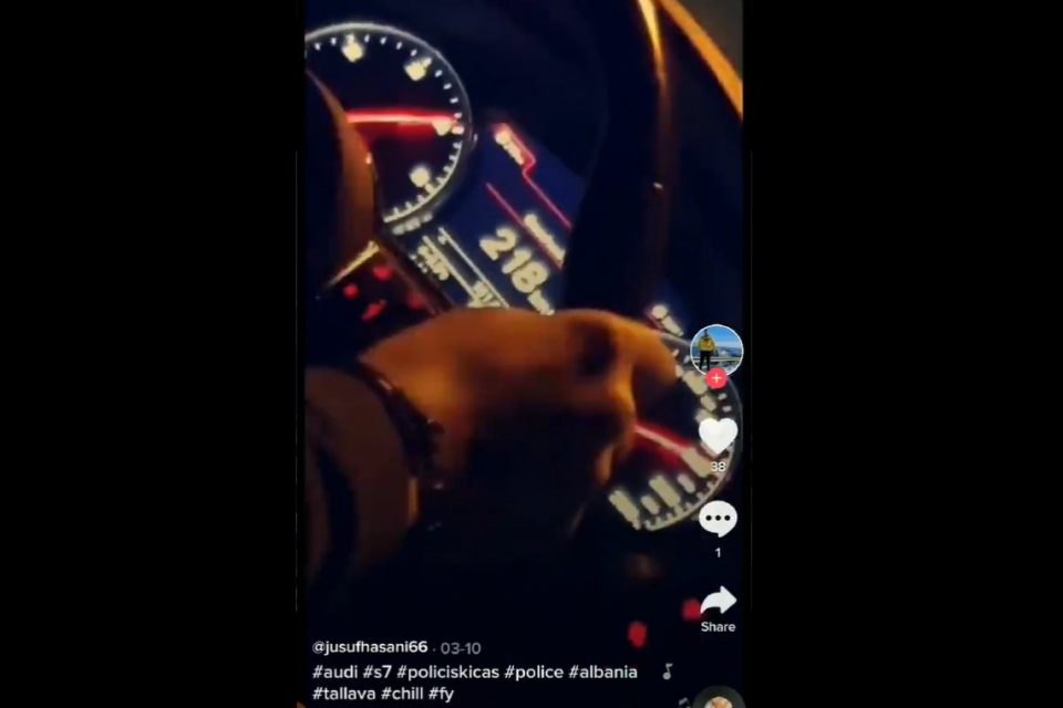 """НОВО ТИК-ТОК ВИДЕО: Со ротациони светла за време на полициски час """"лета"""" со 230 км/ч"""