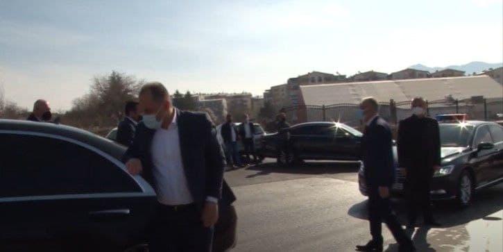 (ФОТО) Заев вели дека било поевтино со хеликоптер, но од Прилеп до Битола патуваше со владините возила дојдени од Скопје