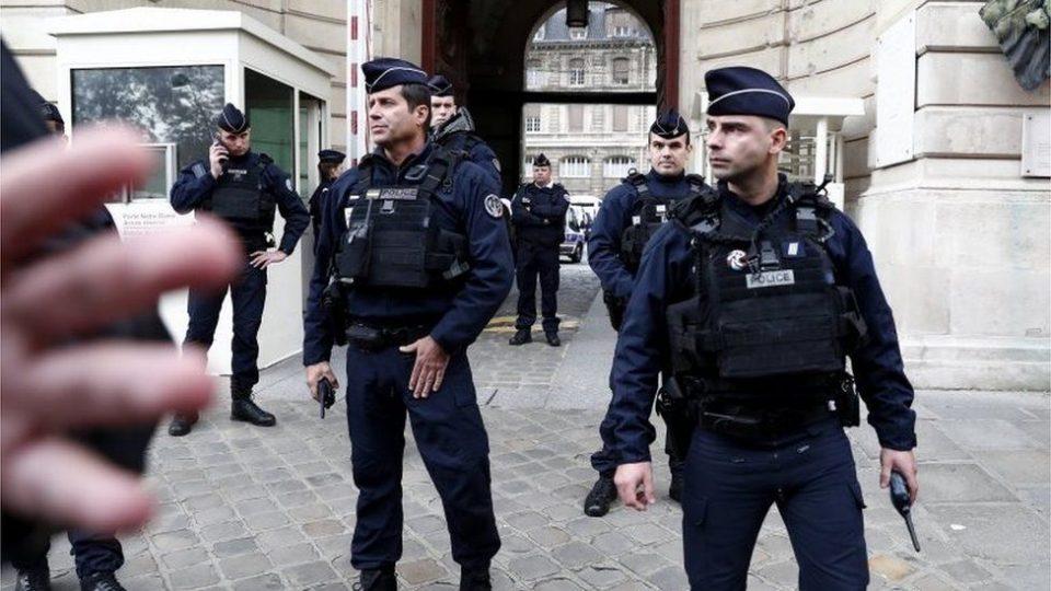 Хаос во Франција: Поранешен војник пукал на полицајата, го бараат со хеликоптери