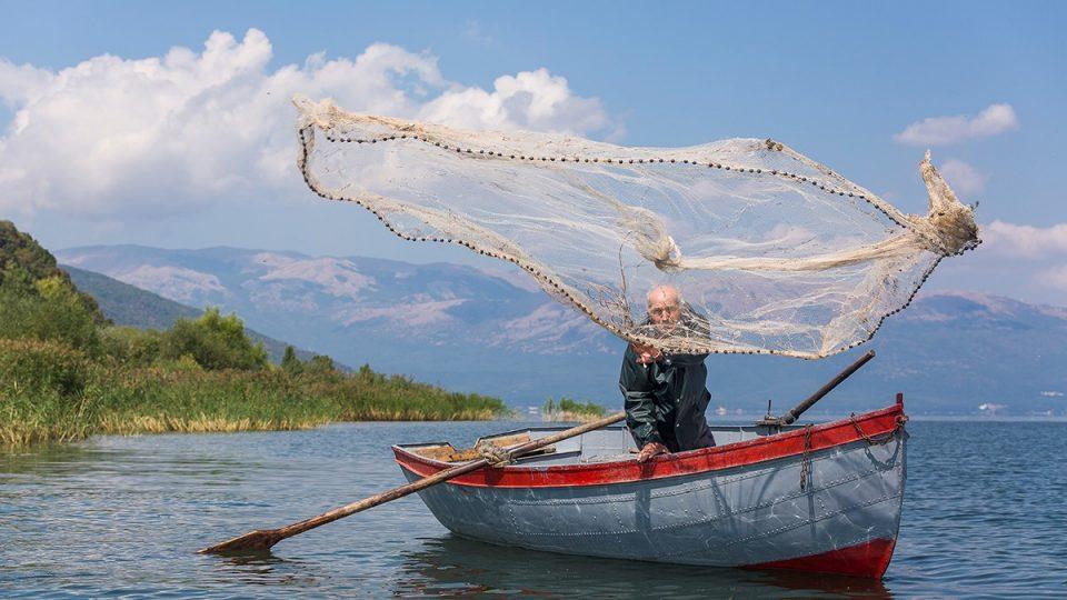 Преспанско им се враќа на рибарите, езерото доби концесионер