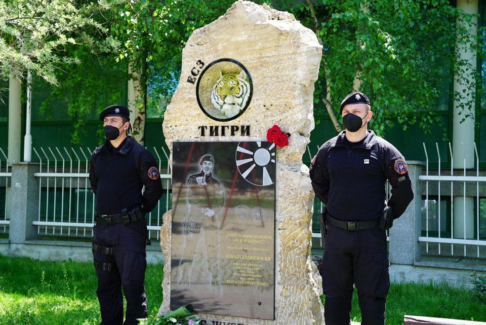 ВМРО-ДПМНЕ положи цвеќе на спомен плочата на Ненад Серафимовски кој загина во Диво насеље