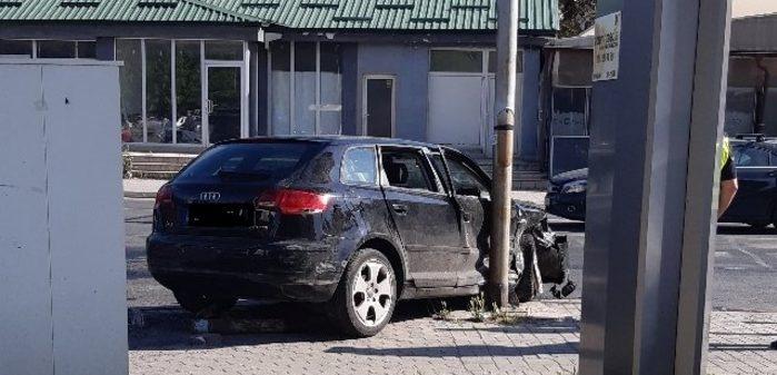 (ФОТО) Автомобил удрил во бандера кај Цветен пазар