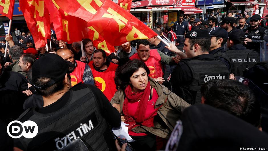 (ВИДЕО)Полицијата се судри со демонстранти во Истанбул, најмалку 100 лица се уапсени