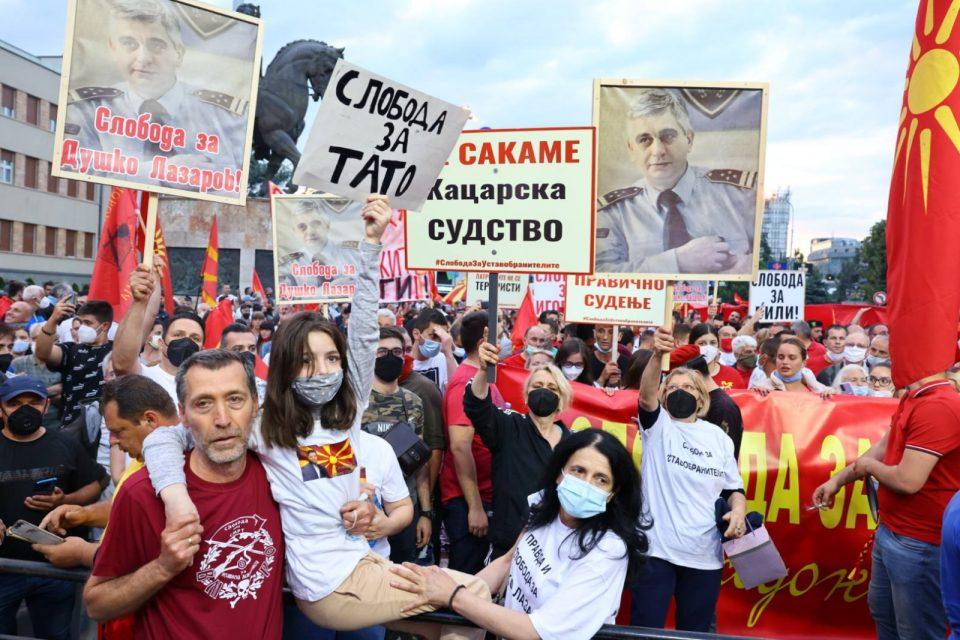 (ФОТО) Оставка на владата и превремени избори побараа граѓаните на денешниот протест