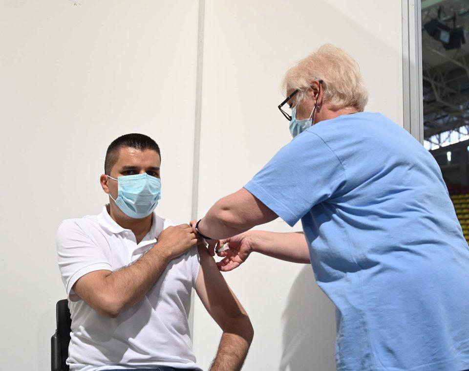 (ФОТО) И вицепремиерот Николовски дојде на ред да се вакцинира