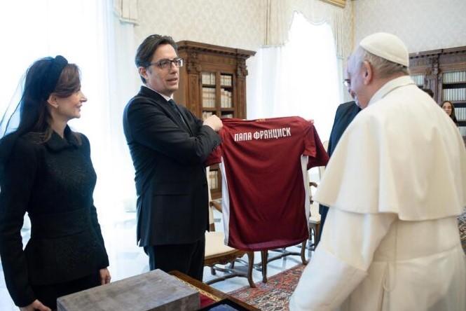 (ФОТО) Пендаровски му подари дрес од Македонија на Папата Франциск