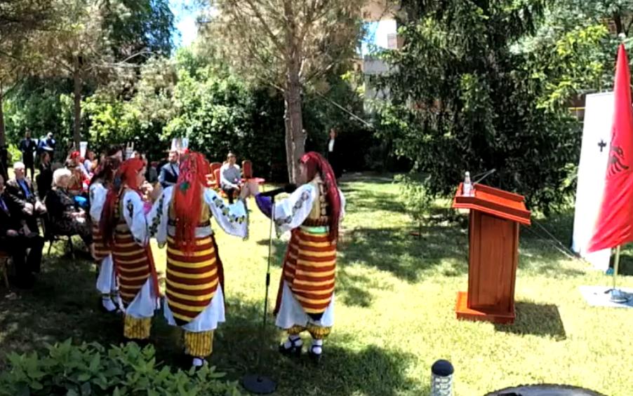 """(ВИДЕО) Се виеше оро на песната """"Бисер балкански"""" во Тирана"""