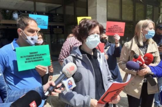 """Од граѓанската иницијатива """"Учебници мора да има"""" најавија протести"""