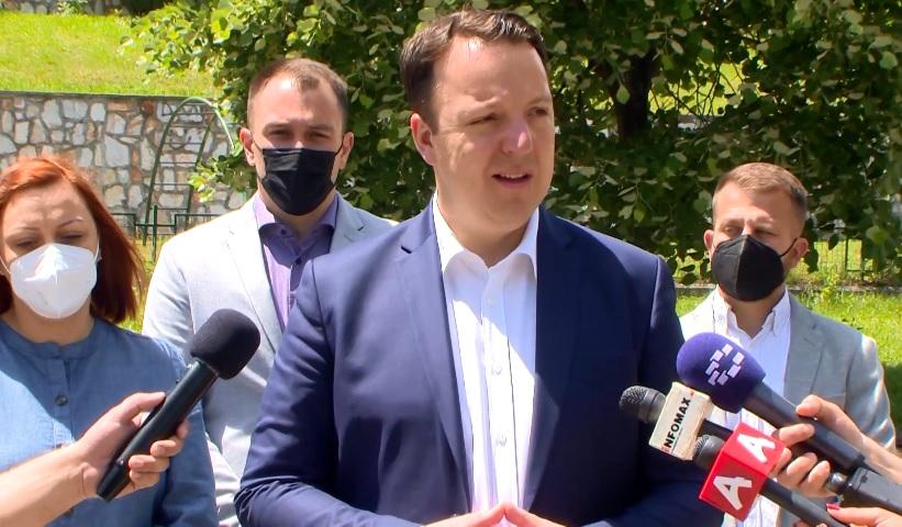 Николоски: Аферата со 250 000 евра е уште доказ дека во Македонија владее мафија!