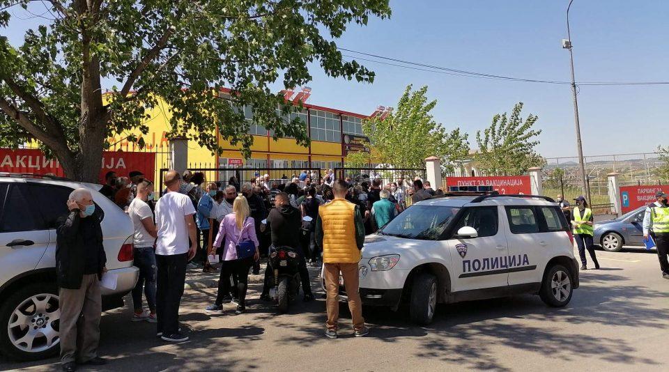 Гужва, нервоза и непочитување на дистанца пред вакцинален пунктот во Штип