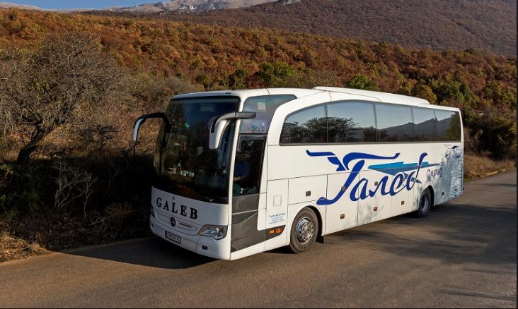 Преполни автобуси кон Охрид, мерките против Ковид-19 не се почитуваат