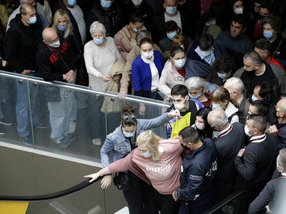 (ВИДЕО) Хаос во Белград: Гужва и редици за ваучери и вакцини