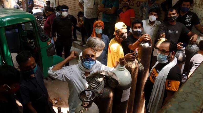 Болниците во Индија очајно молат за боци кислород, додека Англија спроведува тест музички фестивали