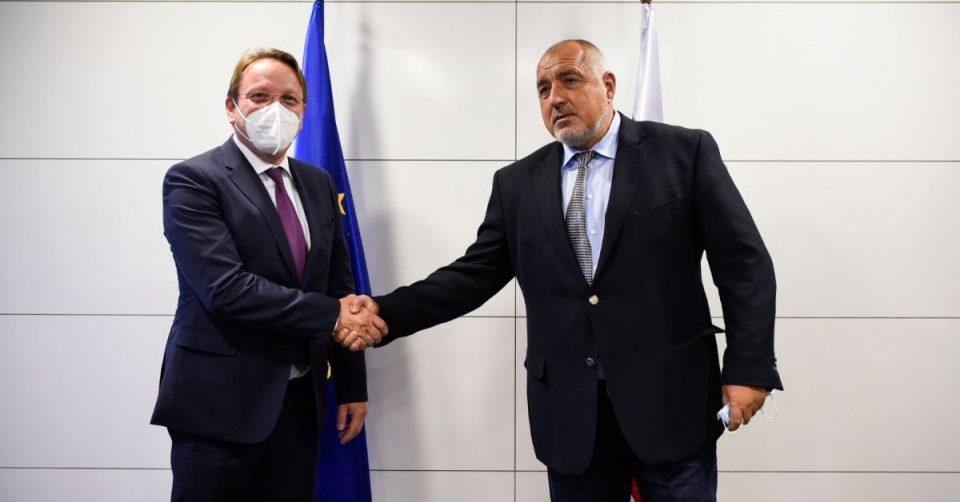 Борисов се сретна со еврокомесарот Вархеји во седиштето на ГЕРБ