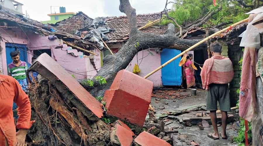 (ВИДЕО) Циклонот Јас уништи десетици илјади домови во источна Индија