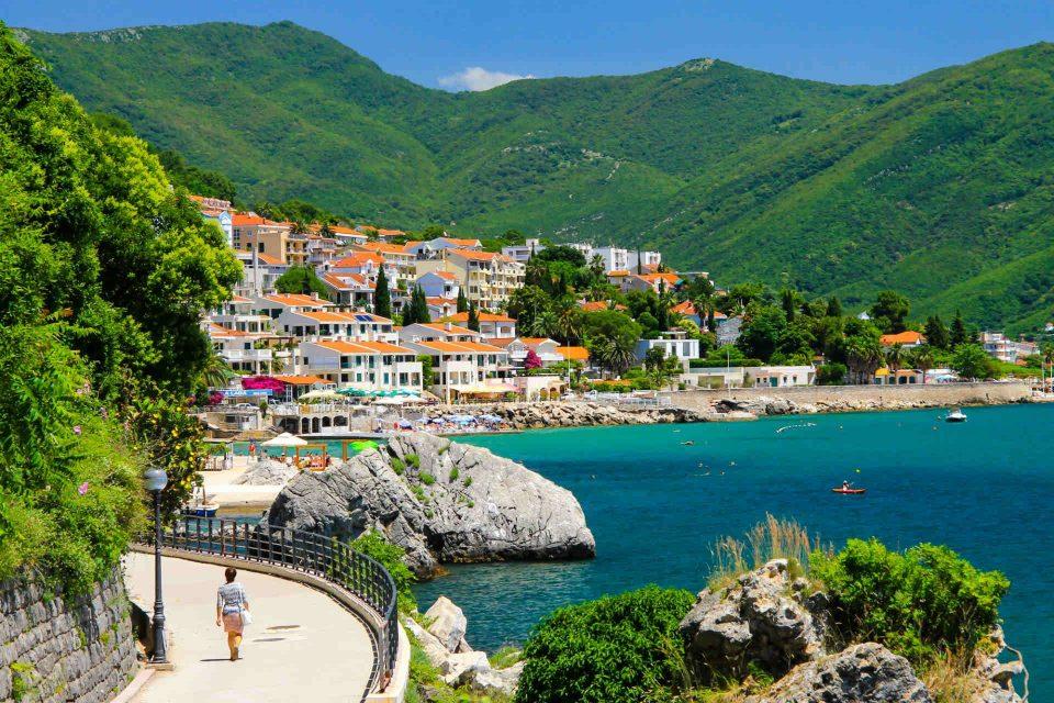 Црна Гора следната недела ќе ги отвори границите за туристи