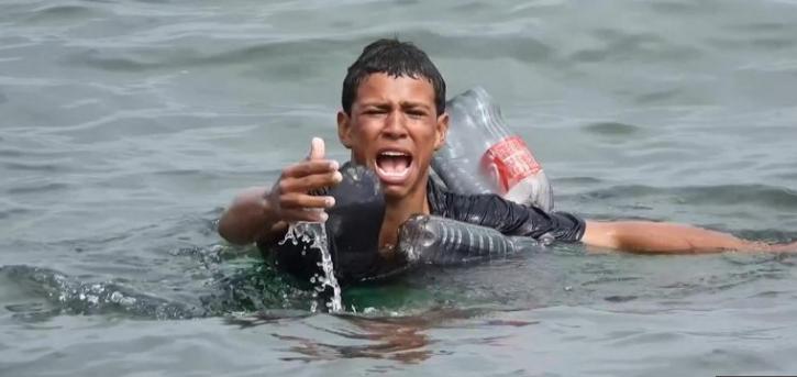ВИДЕО кое го потресе светот: Дете мигрант плачејќи плива и се бори за живот