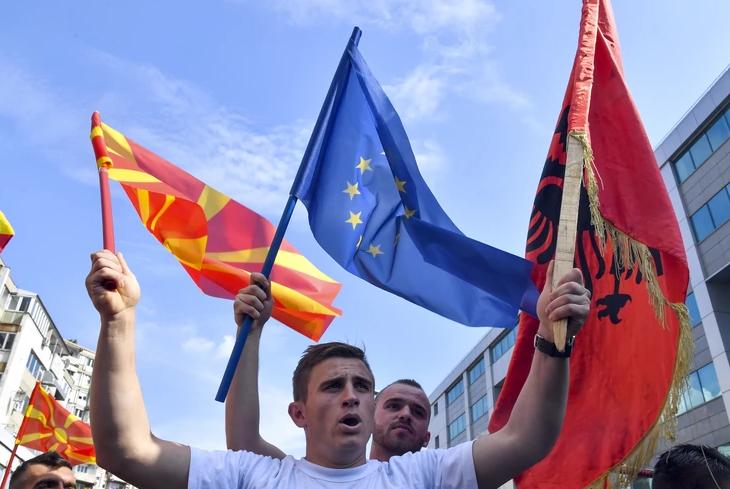 "Блиц: ЕУ ја ""пушта Македонија низ вода"""