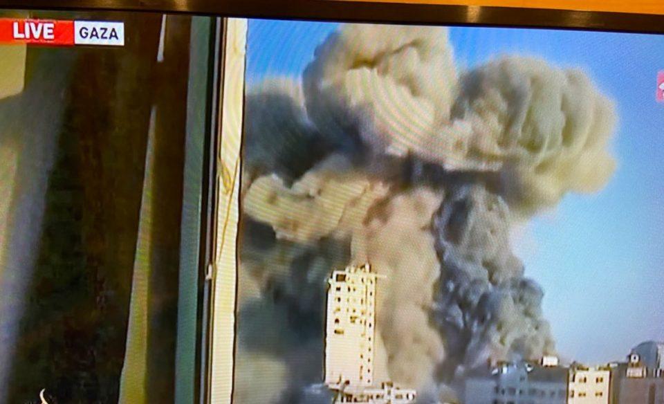 (ВИДЕО) Израел срамни со земја зграда во Газа, Палестинците со ракети го погодија Ашкелон
