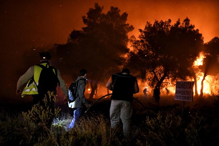 Голем пожар во близина на Коринт во Грција, евакуирани шест села и два манастири