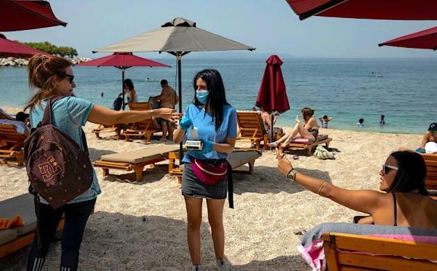 На плажа во Грција со СМС-порака со код за резервирање лежалка