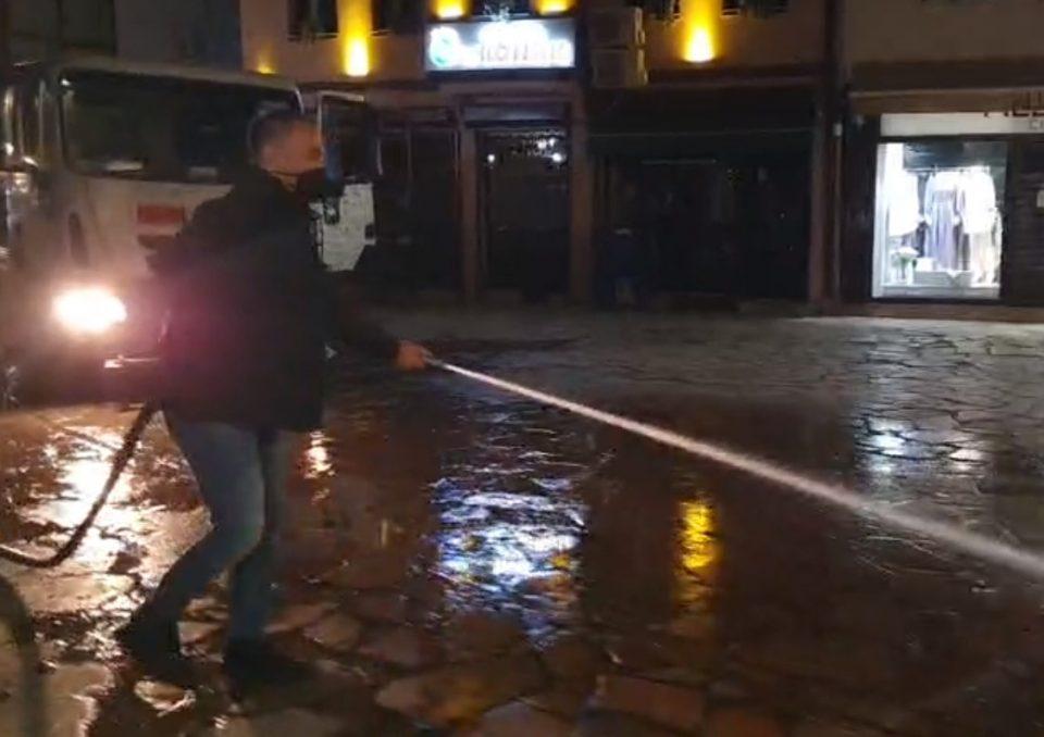 (ВИДЕО) Груби во акција: Со црево ја чистеше чаршијата во пресрет на Бајрам