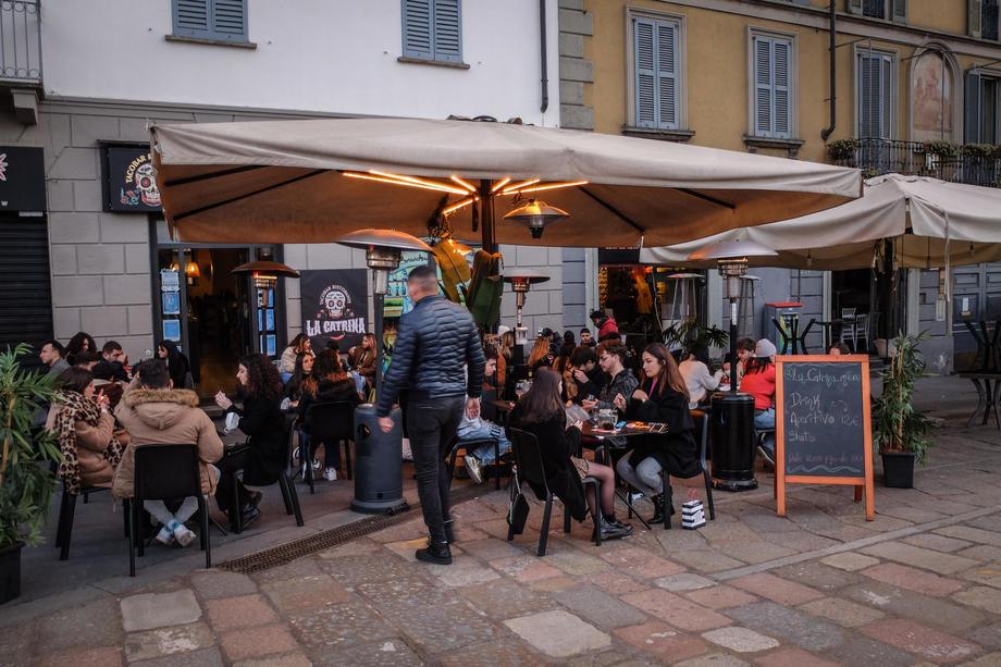 Италија денеска ги укинува маските на отворено и покрај загриженоста од делта сојот