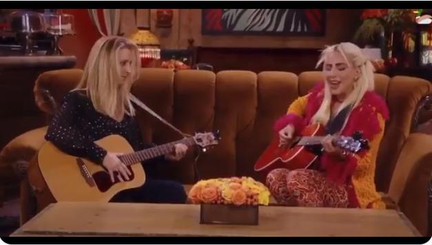 """(ВИДЕО) Лејди Гага и Фиби ја изведоа најсмешната песна во специјалната епизода на """"Пријатели"""""""