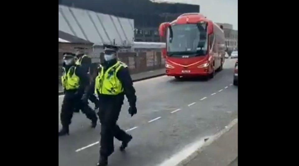 (ВИДЕО) Фановите на Манчестер Јунајтед го блокираа автобусот на играчите на Ливерпул, може ли мечот да се одложи?