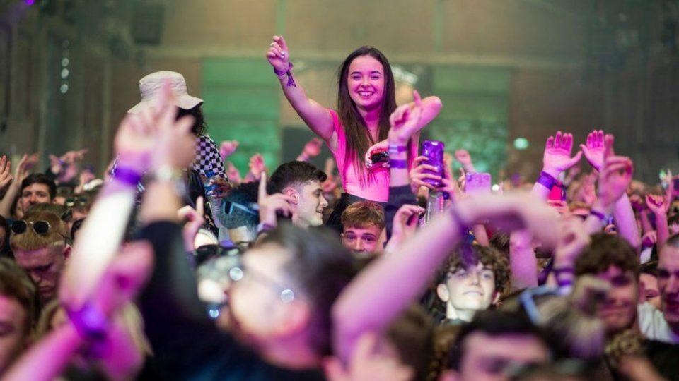 Три илјади луѓе со негативен ПЦР тест се забавуваа во Ливерпул