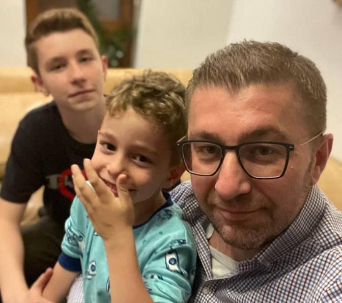 (ФОТО) Мицкоски му честиташе полуматура на синот