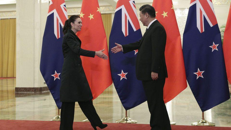 Нов Зеланд е под притисок на западните сојузници, бидејќи одбива да ја критикува Кина