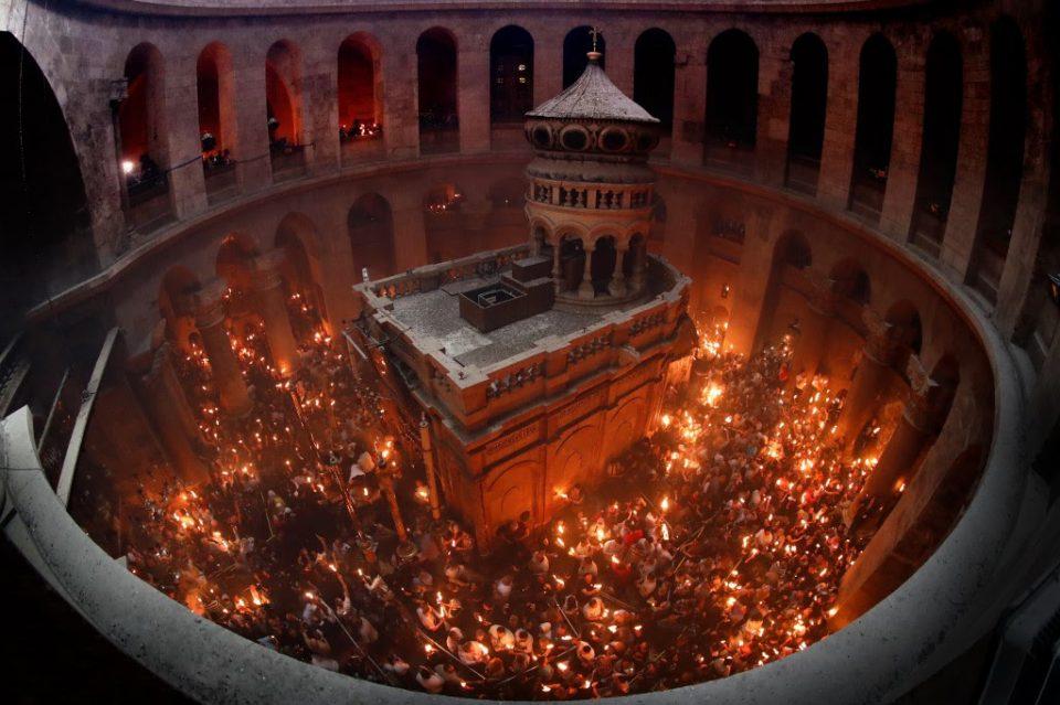 Благодатниот оган и годинава се појави во Светиот гроб во Ерусалим