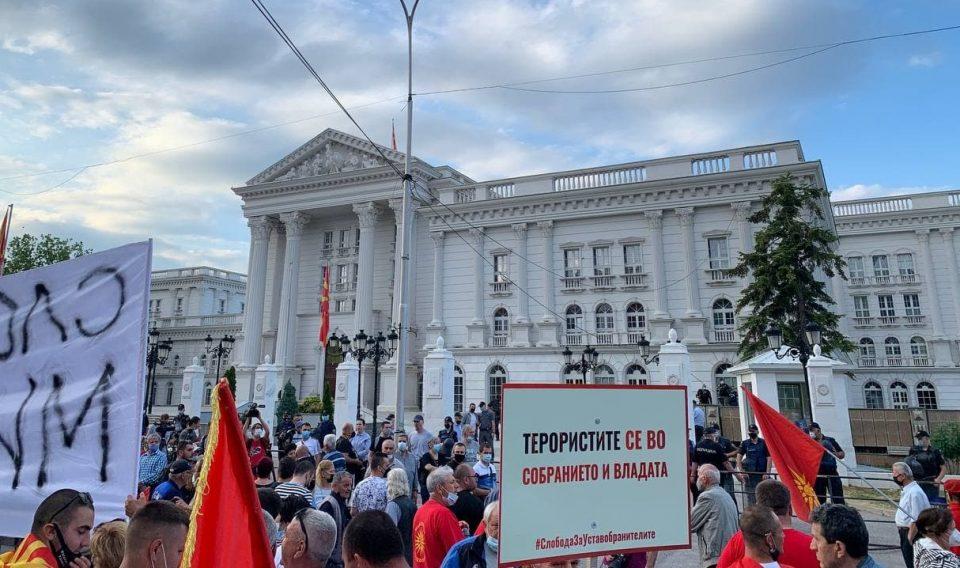(ФОТО+ВИДЕО) Атмосферата на денешниот протест за слобода на уставобранителите