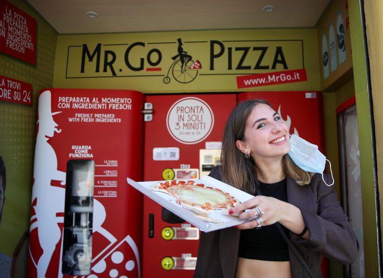 Иновација или глупост: Во Рим поставени апарати за пица, готова е за три минути