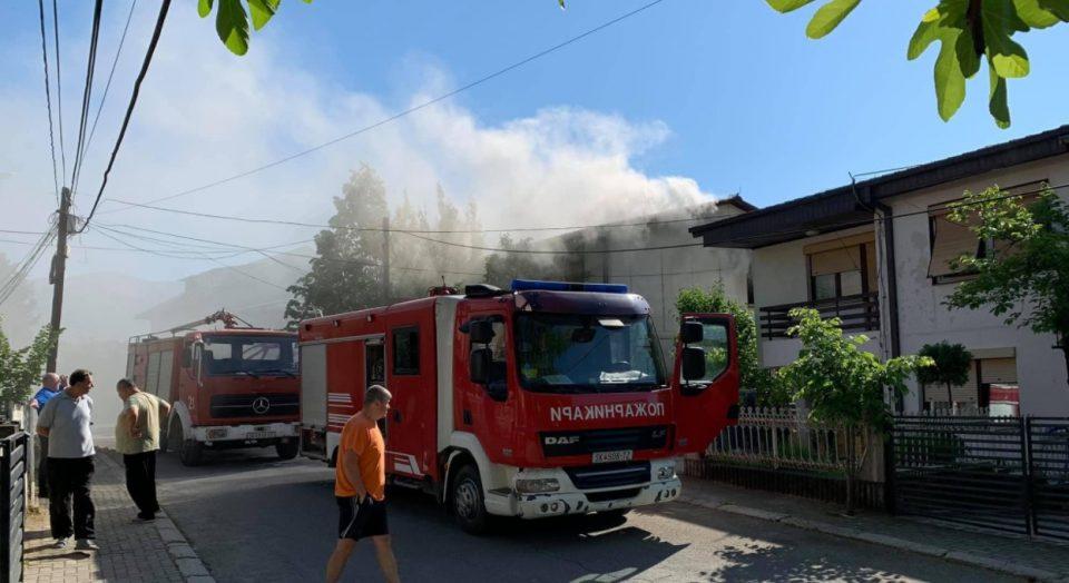 (Фото) Пожар во куќа во Радишани, едно лице евакуирано
